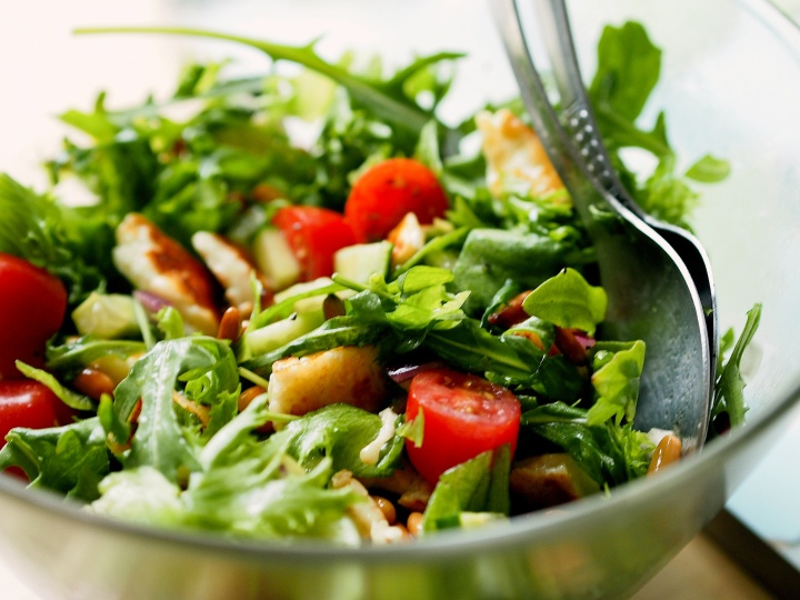 Salad with halloumi and pine nuts