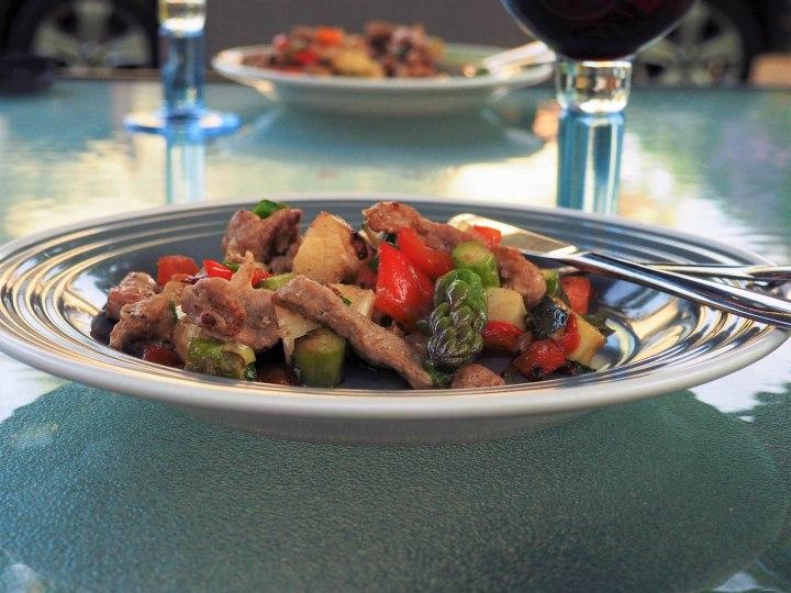 Vegetables and pork meat baked in Muurikka griddlepan